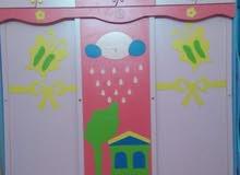 غرفة نوم بناتي بألوان زاهية مكونة من 2 اسرةوتسريحة ودوﻻب مﻻبس وستارة