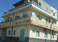 مبنى أرضي جهة طريق السور به ثلاث منازل مستقلة ، 132م ، يقع على واجهتين.