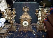 ساعة قديمة  برونزية مع طقم الشمعدانين
