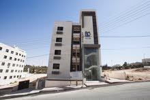 شقة طابقية*** تشطيبات فاخره*** في أجمل ((مناطق الجبيهة)) مطلة على شارع الأردن مساحة 150 متر