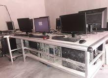صالة كونتر مؤلفة من ثمانية اجهزة كمبيوتر وطاولتين