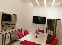 شقة سكنية ممتازة متوسطة في الدور الأول في طريق الشوك وبالاثاث والتشطيب ابداع