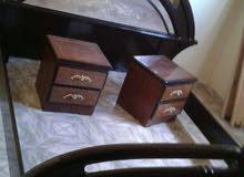un lit avec deux tables de nuit (ba9yiin mla7 khutiii)