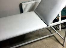 سرير طبي (كاوتش) بحاله جيده جدا يصلح للعيادات و الصالونات