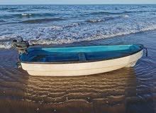 للليع قارب صغير مع مكينته.
