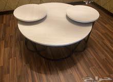 طاولة خشب نظيفه قاعدتها حديد كبيره وثنتين صغار