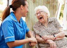 ممرضات لرعاية كبار السن