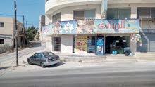 سوبر ماركت بثلاثة أبواب على شارع مستشفى الأمير راشد العسكري.