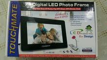 شاشة إل إي دي 18 سم لعرض الصور بشكل متتالي  (سلايدز ) وتشغل موسيقى و الأفلام