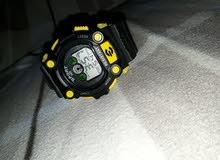 ساعة يد صفراء اللون