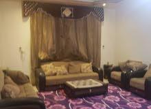 شقة مفروشة للإيجار بالحي السياسي 4 غرف وحمامين وصالتين ومطبخ بسبع مئة دولار