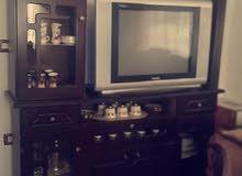 طاولة تلفزيون للبيع مع التلفزيون