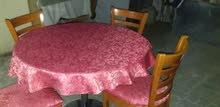 طاولة خشب مع 4 كراسي