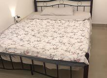 سرير أسود اللون