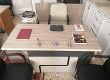 مكتب مدير مع وحدة جانبية وكرسي مدير وكرسين أنتظار 100 دينار