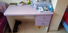 للبيع مكتب (بناتي) لون زهري بحالة ممتازةو الخشب متين (بحالة ممتازة)