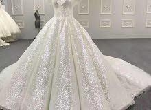 فستان زفاف فخم ولامع