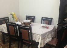 طاولة طعام مع شفونيره.
