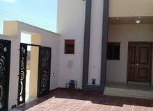 منزل متكامل يتكون من تلاتةغرف وتلاتة حمامات وصالة نسائية ومربوعة ومطبخ ودار دروج