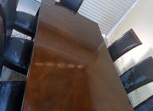 للبيع  طاولة سفرة كبيرة 8 اشخاص صناعه ممتازة بس الكراسي تحتاج تغير للجلد
