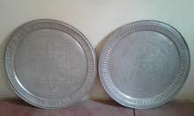 طاولتان منقوشتان مصنوعة من معدن قديمة جذا