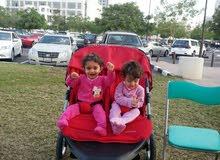 لوازم الأطفال و الألعاب >عربات ومقاعد أطفال عربة اطفال توأم مزدوجة بحالة ممتازة قليلة الاستخدام