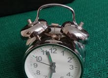 ساعة ومنبه ميكانيكية قديمة تعمل بشكل جيد