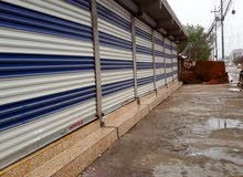 محلات لليجار  قياس المحل (5 × 3 ونص) سعر الايجار  ( 300 )الف الابله شارع النجد