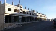 مجمع للايجار 4 طوابق مساحته 3200م محلات و مخازن و مستودعات مع ساحة 1 دنم في شارع الحزام الدائري