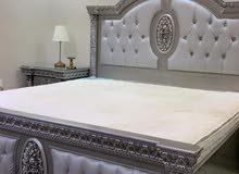 غرفة نوم كاملة مكونه من 2 كومودينو وكبت 3امتار وتسريحه وسرير مقاس 2م في 2م