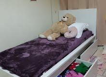 سرير ابيض مع ادراج للتخزين