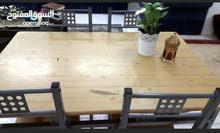طاولة مع اربع كراسي بحالة جيده للبيع