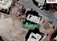 قطعة ارض للبيع بمساحة 566م وتحتوي على مبنى ( منزل ) بمساحة 220م ... بسعر 105 الف دينار