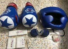 قفاز ملاكمة مع اغراضه للبيع