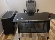 مكتب زجاج مع كرسي طبي