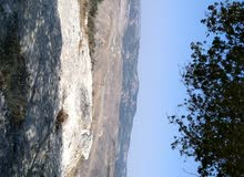مزارع في السلط جلعد مساحه دنم وا 400 متر على رئس قمه جميله مرتفعه مميزه