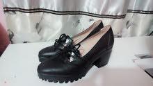 حذاء مع كعب اسود قياس 40