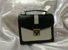 حقيبة يد سوداء صغيرة