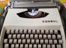 آلة كاتبة قديمة وتعمل بشكل جيد جدا
