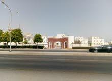 فلا تجارية مساحه كبيره  بها 10 غرف في الخوض علي شارع الخدمات المؤدي الي الجامعة