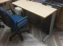 مكتب مع كرسي متحرك من ايكيا بحاله ممتازه للبيع