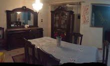 غرفة سفرة تتكون من ترابيزة مستطيلة و8 كراسي ونيش وبوفيه والسعر قابل للتفاوض