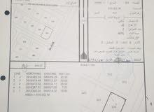 للبيع ارض سكنية في العقدة السابعة كورنر على شارعين حولها منازل قائمة