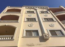 شقه مشطبه بالفرش امام فندق جراند بلازا بمنطقه الانتر علي الشارع الرئيسي مميزه