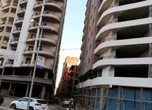شقة سكنية للبيع في دمنهور في عمارة مواجهة للباب الخلفي للنادي الاجتماعي نصف ت