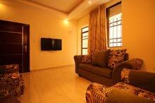شقة مفروشة شبه أرضية تتميز  باجوائها العائلية الراقية والهادئة  للايجار في الجبيهة