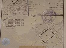 الخوض السابعة ارض سكنيه بموقع جيد وسط الخدمات وقرب البيوت على شارع قار شبه زاويه