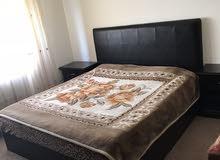 غرفة نوم تخت مع كوميدينات عدد 2 وخزانة وبيرو