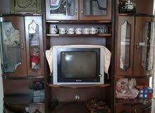فاترينا ثلاث قطع بحالة جيدة جدا وتلفاز 21 بوصة مسطح للبيع