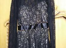 فستان اسود مخرم للبيع أو الإيجار